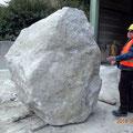Der Künstler Peter Knoll überdenkt, wie der Stein geschnitten werden soll
