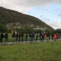 jeder ließ einen lila Luftballon zum Gedenken in den Himmel