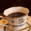 スペシャルブレンド。一杯ずつサイフォンで点てる深めの焙煎でモカのフルーティな香りただようコーヒー ¥500