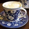 Cafe Vienna ウインナーコーヒー。  オーストリアではご主人を待つ御者が体を温める為に飲んだと言われるコーヒーです。アインスでは専用にフレンチローストのグアテマラを使用しています。¥600