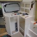 Die Küchenkombination mit Gewürzschrank und elektrische Steuerung.