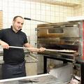 Pizzabäcker am Steinofen