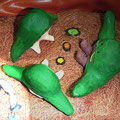 粘土で制作したニコシ・ニコラの三人の従兄弟 離れた所に暮らす親戚がお祭りに合わせ久しぶりに遊びに来ました。その遊びに来た年下の従兄弟達に、「おいらはこんなに大きな魚をつかまえたんだぞ!」と自慢気に話をしているシーン。