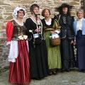 Junge Frauen in alten Kleidern