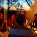 Nicht nur bei Sonnenuntergang ist der große Esstisch ein kommunikativer Mittelpunkt