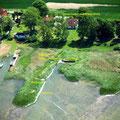 Die Garten- und Uferseite des Ferienhauses aus der Luft
