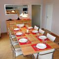 8 gleichartige Plätze am Esstisch, gute Geschirr-und Besteckausstattung