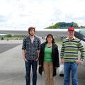 12 Uhr -  Landung in Barth - die Sonne brennt: Robin, Herta und Claus Rethorn (vlnr)