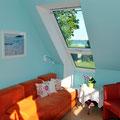 Schlafzimmer 1: Vom Bett und vom Schlafsofa (Bild) aus kann man auf das Wasser sehen