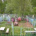 auf dem Friedhof steht bei jedem Grab ein kleiner Bank und ein Tisch
