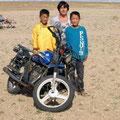 und bekommen Besuch von 2 neugierigen Jungs auf Motorrad
