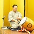 お客様をお迎えしたのは、呼出の松尾の「寄せ太鼓」です。