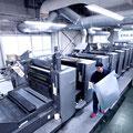 水なし印刷機 菊全判 LED-UV両面兼用8色機と印刷オペレーター