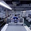 菊全判5色LED-UVオフセット枚葉印刷機と印刷オペレーター