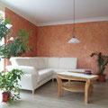 Die Kalkpresstechnik unterstreicht das mediterrane Flair des Wohnraumes.