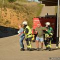 Einsatzleiter und Zugführer S-O bringen bei der Erkundung die ersten Verletzten aus dem Gefahrenbereich