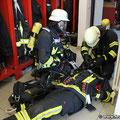 Anlegen des Rettungs-Lungenautomaten beim verunfallten Kameraden
