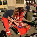 Betreuung und Behandlung einer Verletzten beim DRK