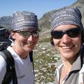 Julia und Carolin mit happy heads buff in den Schweizer Bergen