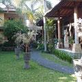 スハティの庭(通り側からの眺め)
