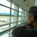 流線型が大好きなBOSSは必ず飛行機を眺めています。