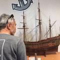 1Fのミュージアムの船の模型にガブリつき・・