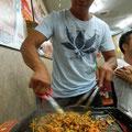 サムギョプサルの締めは余った具材で焼き飯~、コレ韓国スタイル!地元の人に作ってもらったので最高にマシソヨ~