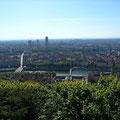 En traversant la Saône bien visible, puis le Rhône dont le tracé est marqué par une ligne d'arbres, nous arrivons tout droit au pied de la grande tour ronde au pied de laquelle se trouve l'hôtel, dans le quartier de la Part-Dieu