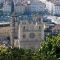 La Cathédrale St-Jean fait face à la Basilique juste au pied de la colline de Fourvière