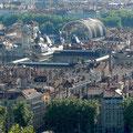 Le musée des Beaux arts (grand quadrilatère aux toits bleus), l'hôtel de ville (tour à gauche du musée) et l'opéra (avec le toit en demi-tonneau) sont regroupés au centre ville