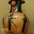 Introduction d'Héraclès dans l'Olympe. Oenochoé à figures noires. Signée Nicosthénès, potier, peintre du Louve F117. Athène, vers520 av JC. / JH