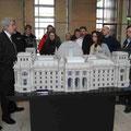 Vor dem Modell des Reichstages