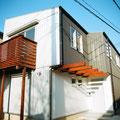 ガルバニウム鋼板の外壁に包まれた家
