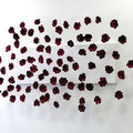 Schneewittchen, Rot wie Blut, Schwarz wie Ebenholz, Weiß wie Schnee, Seidenblüten auf Holz montiert