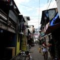 同じくマニラ貧困地区。大都会の一角なのに、薄暗い。川向うに見えるビル広告のジャスティン・ビーバーとの対比が強烈でした(2011.03)