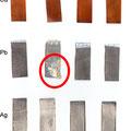 Der rote Kreis markiert die entstandenen Korrosionsprodukte an einem Bleicoupon, verursacht durch aus dem Holz ausdünstete Gase.