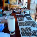 Einblick in die Restaurierungswerkstatt mit ausgebreiteten Keramikscherben.