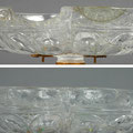 Detail des Schalenrandes. Oben (Foto Astird Wollmann): Vorzustand. Links eine Fehlstelle; rechts eine weitere Fehlstelle jedoch mit alter, verbräunter Ergänzung. Unten: Nachzustand mit neuen Ergänzungen der Fehsltellen.