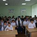 Гареева среди  учащихся во время встречи в лицее