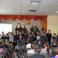 Новые члены отряда выстроились перед своими товарищами и произнесли «Клятву поисковика»
