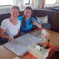 Romina und Ines zeichnen die Dive Map für den Spot Malahi