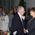 Während Horst noch fleißig Hände schüttelte, wurde schon das Buffet geplündert:)