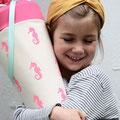 Seepferdchen (Grundstoff: beige - Stempel: Seepferdchen/neon pink - Krempe: neon pink - Band: türkis)