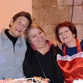 Renée et Lucette, nos championnes des crêpes entourent Monique la Présidente d'ART.COM