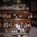酒類とスタッフの方(あえて後頭部のみ…)です。天井近く飾られている$紙幣が、昔常連客だった黒人達の形見。