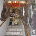 お店はこの階段の奥です。