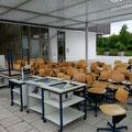 Stühle und Overheadprojektoren vor der Realschule
