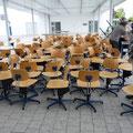 Stühle vor der Realschule / Teil 1