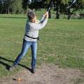 Chantal, ... (Attention, il y a un piège : si la balle est encore en place, c'est parce que Chantal est gauchère) (CLR)