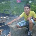 Tunahan konzentriert beim Feuer machen.